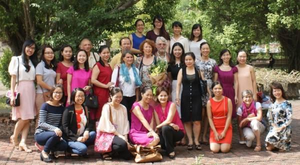 Les Préfassiennes dans le jardin du département de français à la faculté de Hanoï