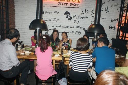 « Ngày Phụ nữ Việt nam » : la journée vietnamiennes 2015 à Hanoi Les professeurs masculins avaient invité leurs collègues-femmes au restaurant