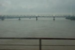 Jour gris sur le Fleuve Rouge – Le Pont Thang Long (1985)
