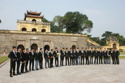Etudiants fêtant la fin de leurs études devant l'ancienne citadelle de Thang Long – Nov.2013