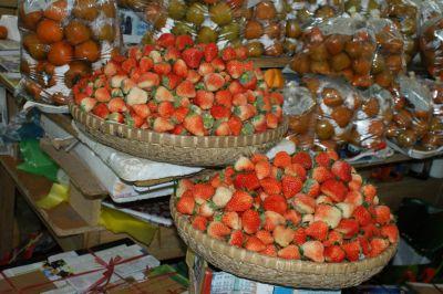 Fraises et kakis sur le marché