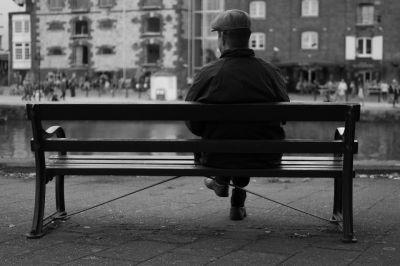 Seul sur le banc