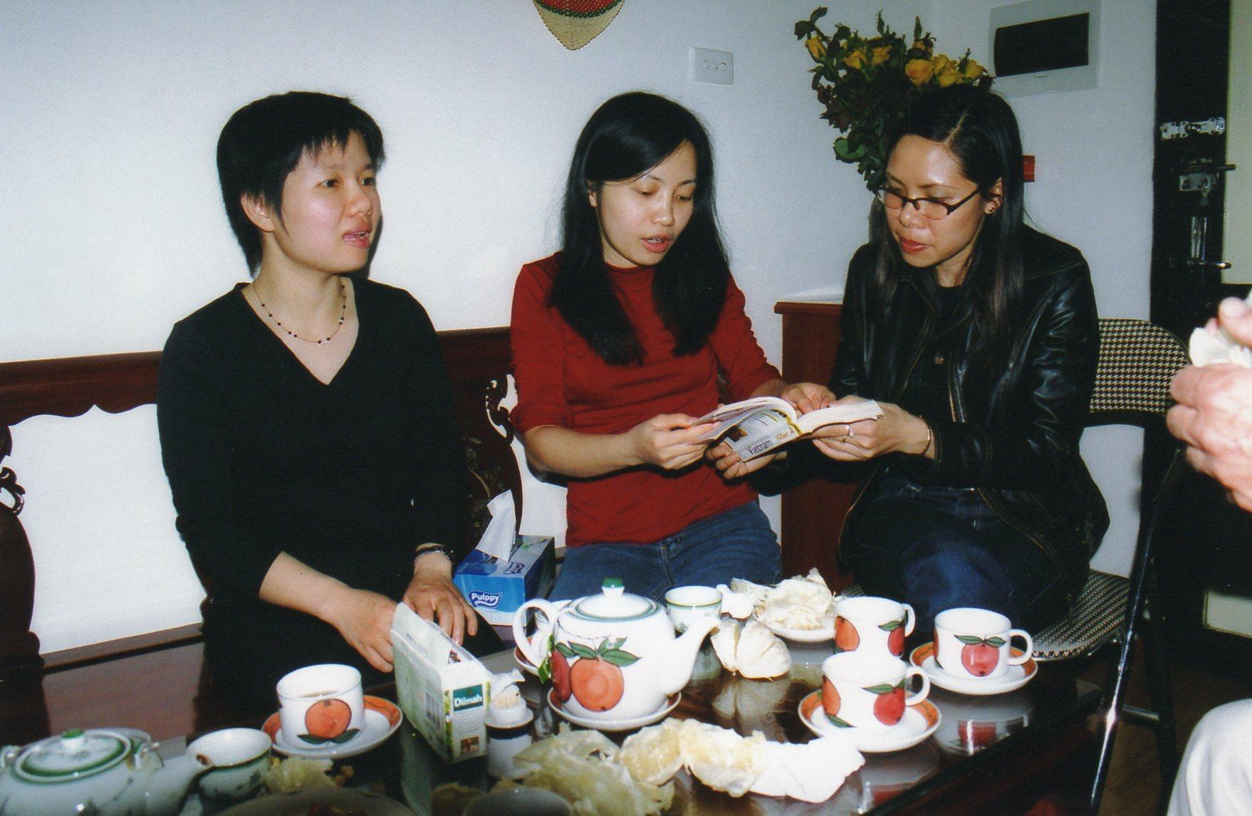 Thu Kim en rouge entre Thu Ha et Chien