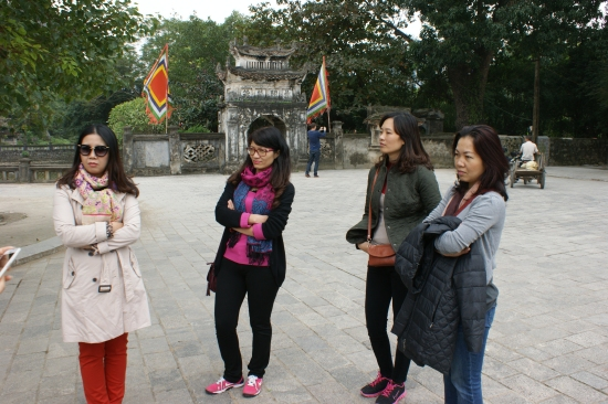 Thu Ha, Dam Thuy, Bich et Canh Linh, attentives aux explications historiques de Dang Thuy