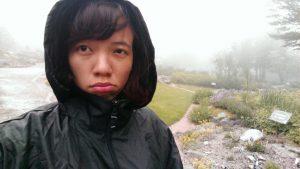 Yen sous la pluie battante au jardin d'altitude