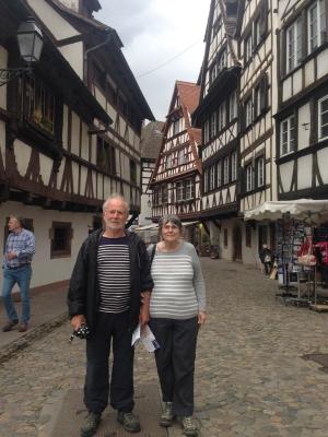 Jean et Marie-Ange devant les maisons à colombage à Strasbourg
