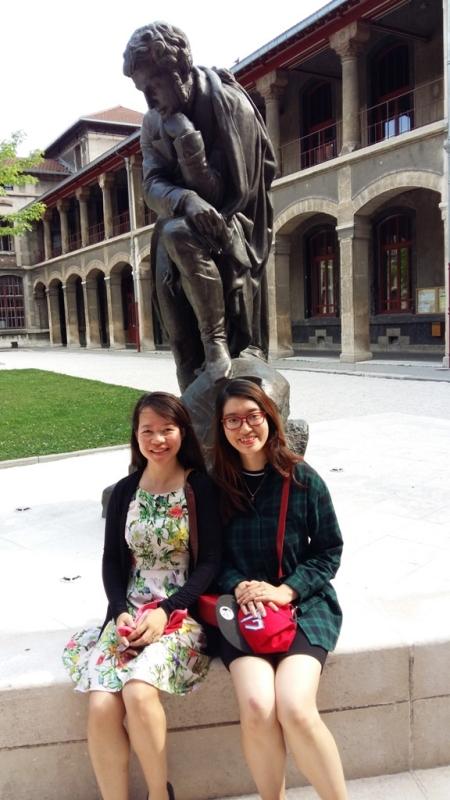 Lan et Huong, au pied de la statue de Jean-François Champollion