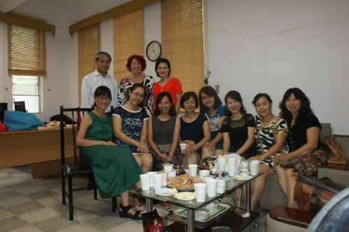 Dang Thuy a convié quelques professeurs dans son bureau de Vice-Doyenne dont elle vient de prendre possession.