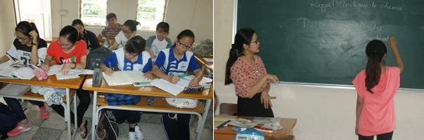 La classe de 1ère année F3 (étudiant-e-s né-e-s en 1998). Leur professeur, Hai Ly, surveille l'étudiante qui écrit la conjugaison de descendre et monter.