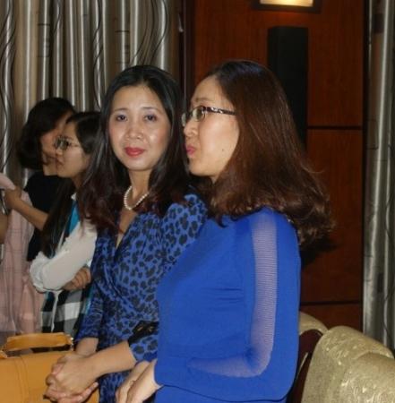 Thu Ha, de face, en compagnie de Phuong Lan
