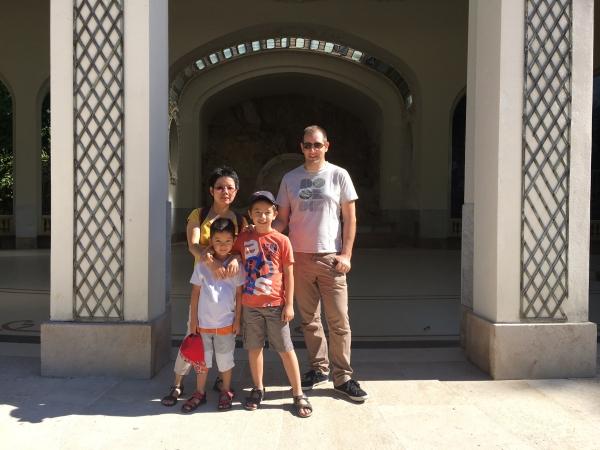 La famille Robin-Tran devant la source des Célestins - Ha et Gilles, Minh et Tim