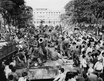 30 avril 1975. La foule entoure les chars du Vietcong