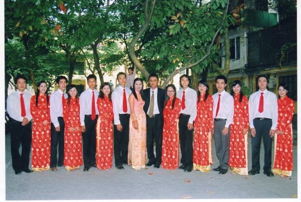 Sept demoiselles d'honneur et sept garçons d'honneur, au mariage de Thu Ha et Tiên