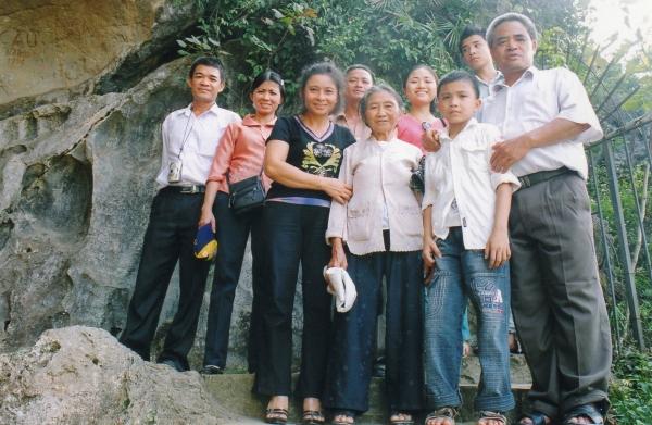 Bac Giang - La famille de Hoai entoure la grand-mère maternelle