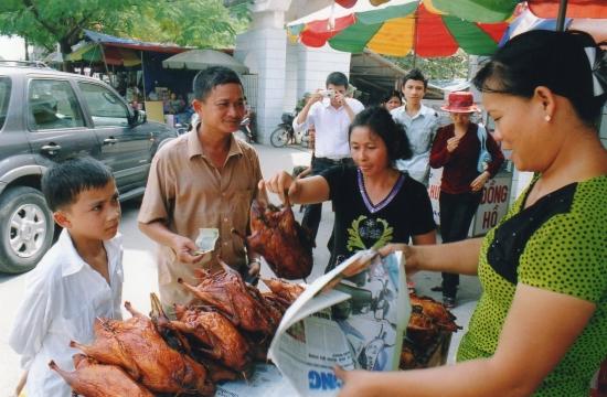 Bac Giang - La mère de Hoai choisit le canard laqué