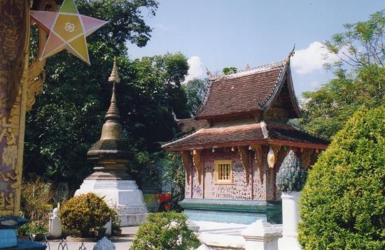 Laos - La chapelle rouge et stupa