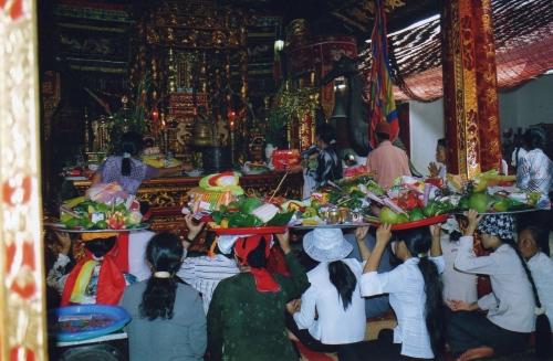 Nam-Dinh - Moment des offrandes dans le sanctuaire