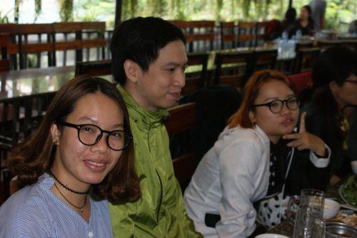 Mai et Thuy-Lise, les deux stagiaires en compagnie de Nhât Quang