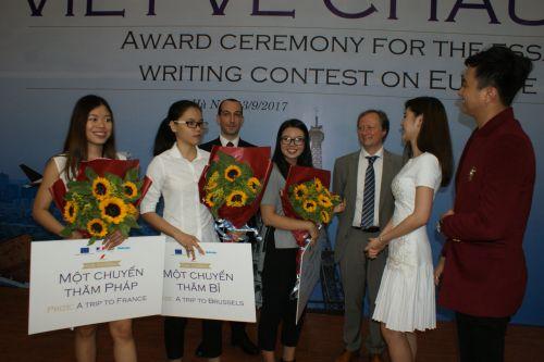 Les 3 lauréates, les 2 ambassadeurs (Italie et UE) et un artiste
