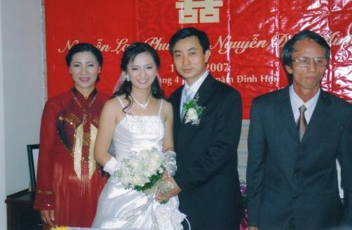 Les jeunes mariés entourés des parents de Lan Phuong