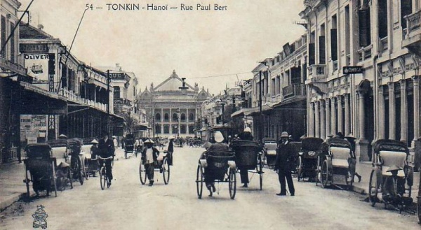 Aujourd'hui rue Trang Tien avec l'Opéra à l'arrière-plan