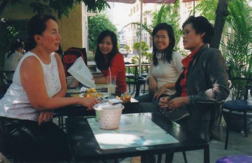 Brigitte en discussion avec Tinh, Hai et Kim, chez la Belle Crémière