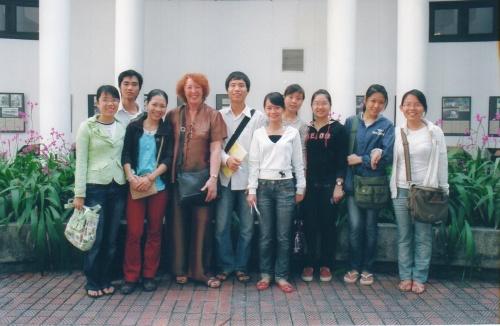 Canh Linh et ses étudiant.e .s au musée ethnographique