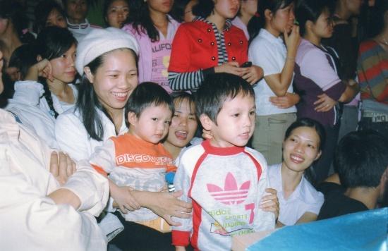 Canh Linh et ses deux fils. Il y a affluence