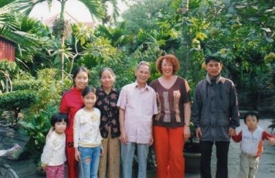 Les parents de Tuan, sa sœur et les trois enfants, dans leur jardin