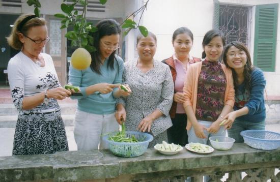 Reine, Chien, la belle-mère de Minh, Minh, Kim et Nga, sous les pamplemousses
