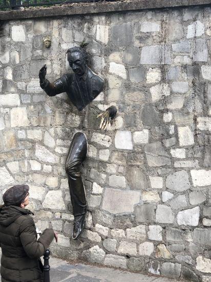 Evocation du Passe-Muraille de Marcel Aymé