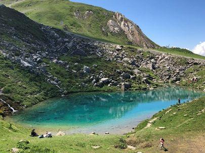 Le lac Bleu aux eaux d'un bleu si intense !