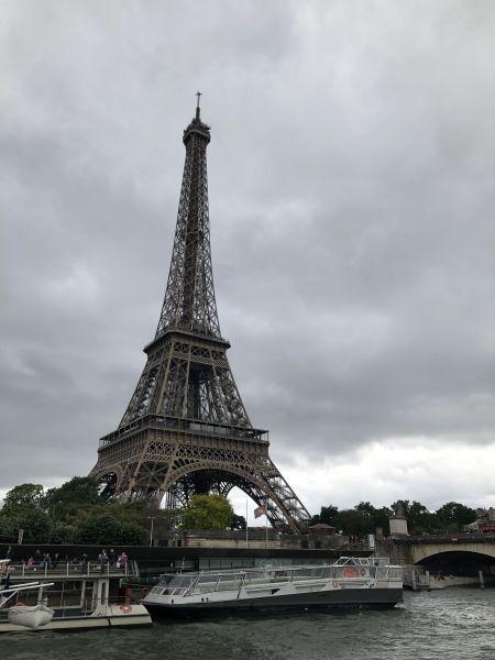 Bateau-mouche devant la Tour Eiffel