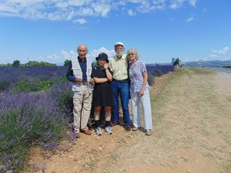 Avec Serge et Bernadette devant un champ de lavande