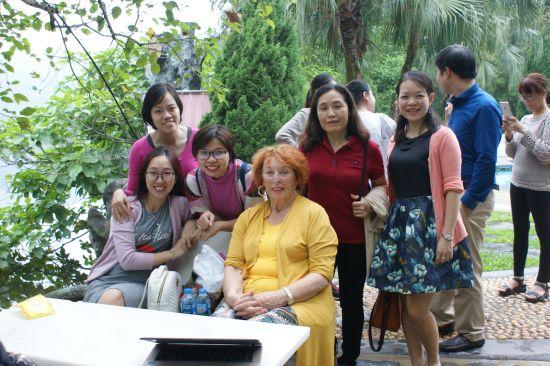 Anh Tu (3ème à partir de la gauche) et Ngoc Lan (en gilet rose)
