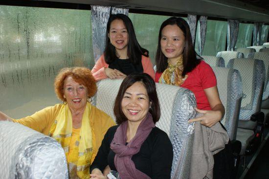 Canh Linh à côté de Régine - Bich et Thuy frisée debout