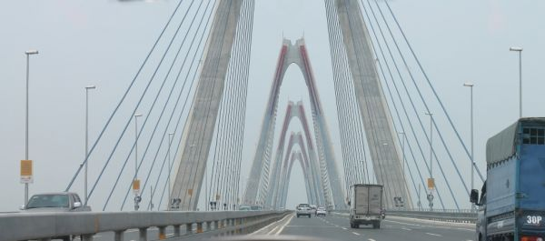 Le pont Nhât Tân au petit matin