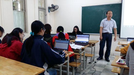 Viet Quang et la classe de didactique de 4ème annéeViet Quang et la classe de didactique de 4ème année