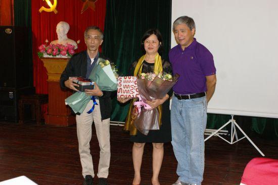 Remise des cadeaux : Viet, Thuong et le Doyen Vân