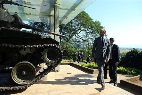 Le  Premier ministre français Édouard Philippe se tient à côté d'un tank français détruit sur la colline A1 durant la campagne de Diên Biên Phu.