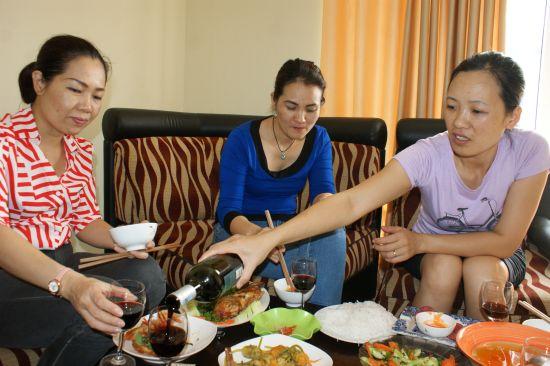 De gauche à droite, Canh Linh, Thuy frisée et Bich.
