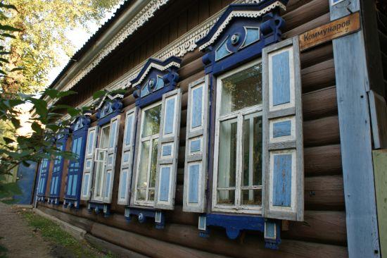 Maison en bois aux fenêtres ouvragées à Irkoutsk