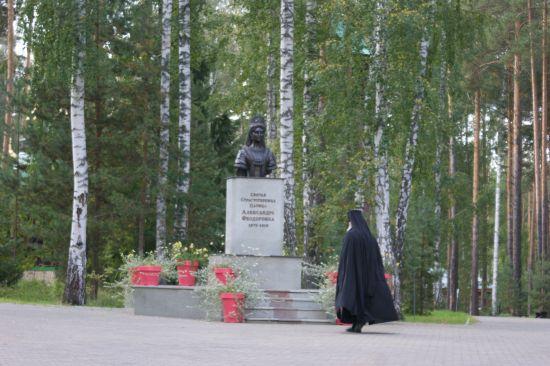 Moine orthodoxe en prière devant la statue de la tsarine Alexandra Feodorovna à Ekaterinburg