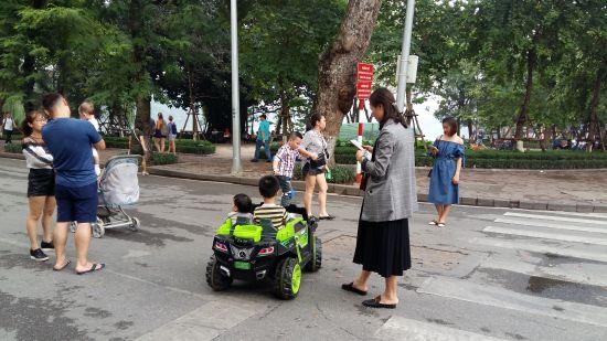 Des enfants font des tours de voitures