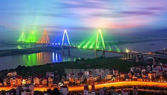 Le pont Nhât Tân la nuit, en allant à l'aéroport