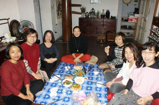 Phuong (en rose) nous a prepare des plats delicieux