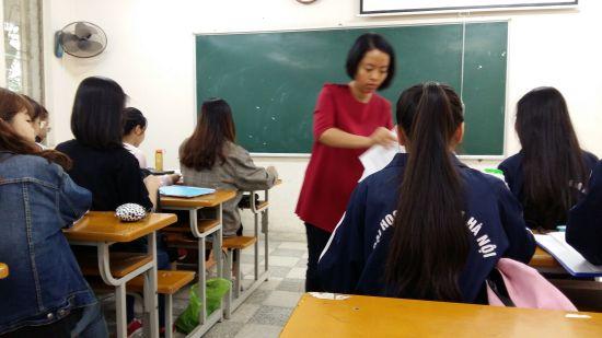Thuy Linh distribue des sujets de CE