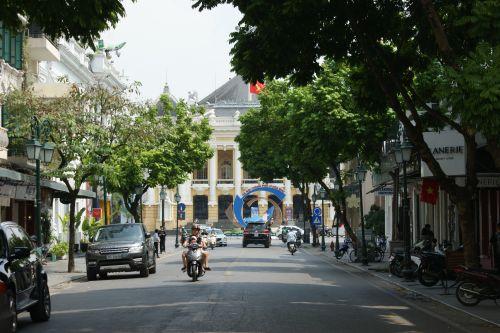 Carrefour de l'Opéra, avec une colombe suspendue au centre d'un cercle surmonté de la déclaration - Hanoi City for peace