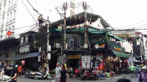 Hanoi, ses rues, ses magasins et …ses fils électriques !