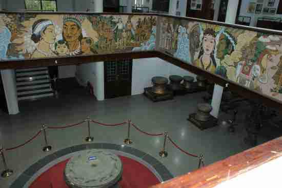 Mosaïque d'Au Co et Lac Long Quân au musée des rois Hung